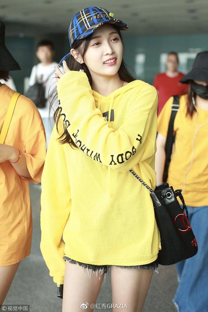 Lấn át cả Dương Mịch, Đường Yên, sao nữ kém tên tuổi này được netizen nhận xét là có body đẹp nhất khi diện áo nỉ oversize - Ảnh 6.