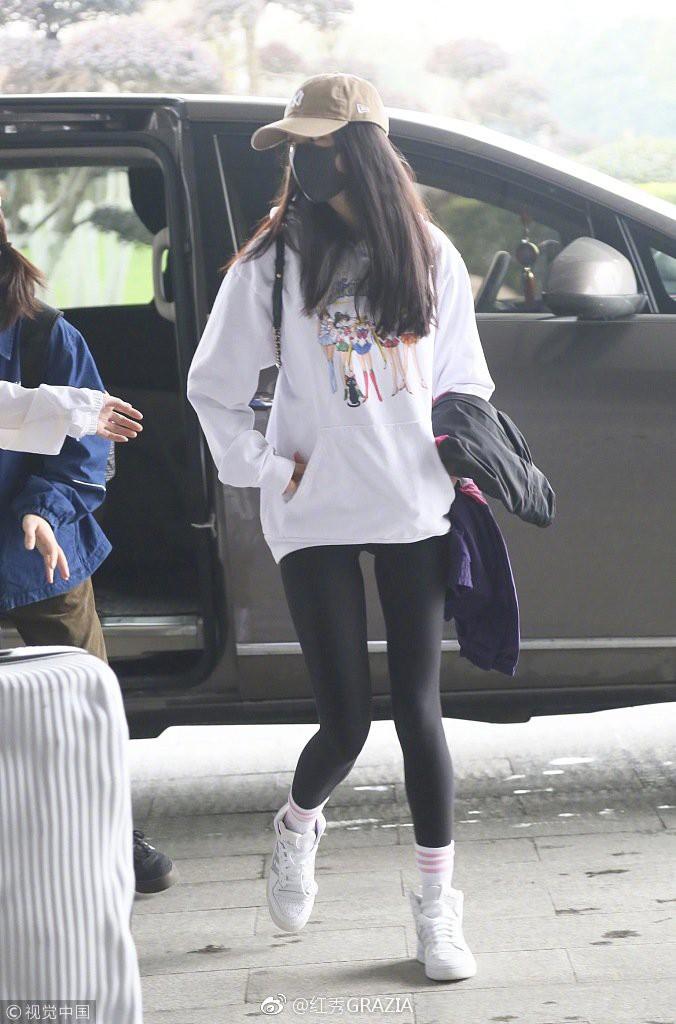 Lấn át cả Dương Mịch, Đường Yên, sao nữ kém tên tuổi này được netizen nhận xét là có body đẹp nhất khi diện áo nỉ oversize - Ảnh 2.