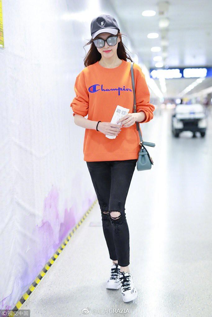 Lấn át cả Dương Mịch, Đường Yên, sao nữ kém tên tuổi này được netizen nhận xét là có body đẹp nhất khi diện áo nỉ oversize - Ảnh 3.