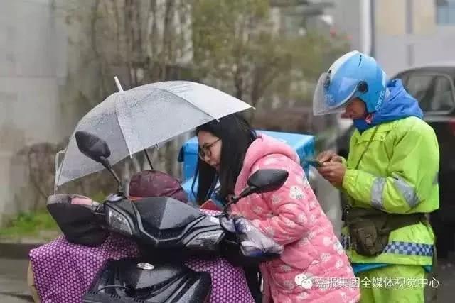 Loạt ảnh người bố đơn thân hàng ngày chở theo con gái đi ship đồ khiến cộng đồng mạng xúc động - Ảnh 7.