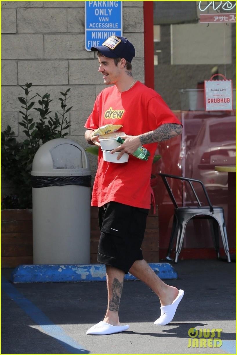 Lâu lắm mới thấy vợ chồng Justin Bieber cười hạnh phúc bên nhau, song spotlight lại dổ dồn vào body của Hailey - Ảnh 1.