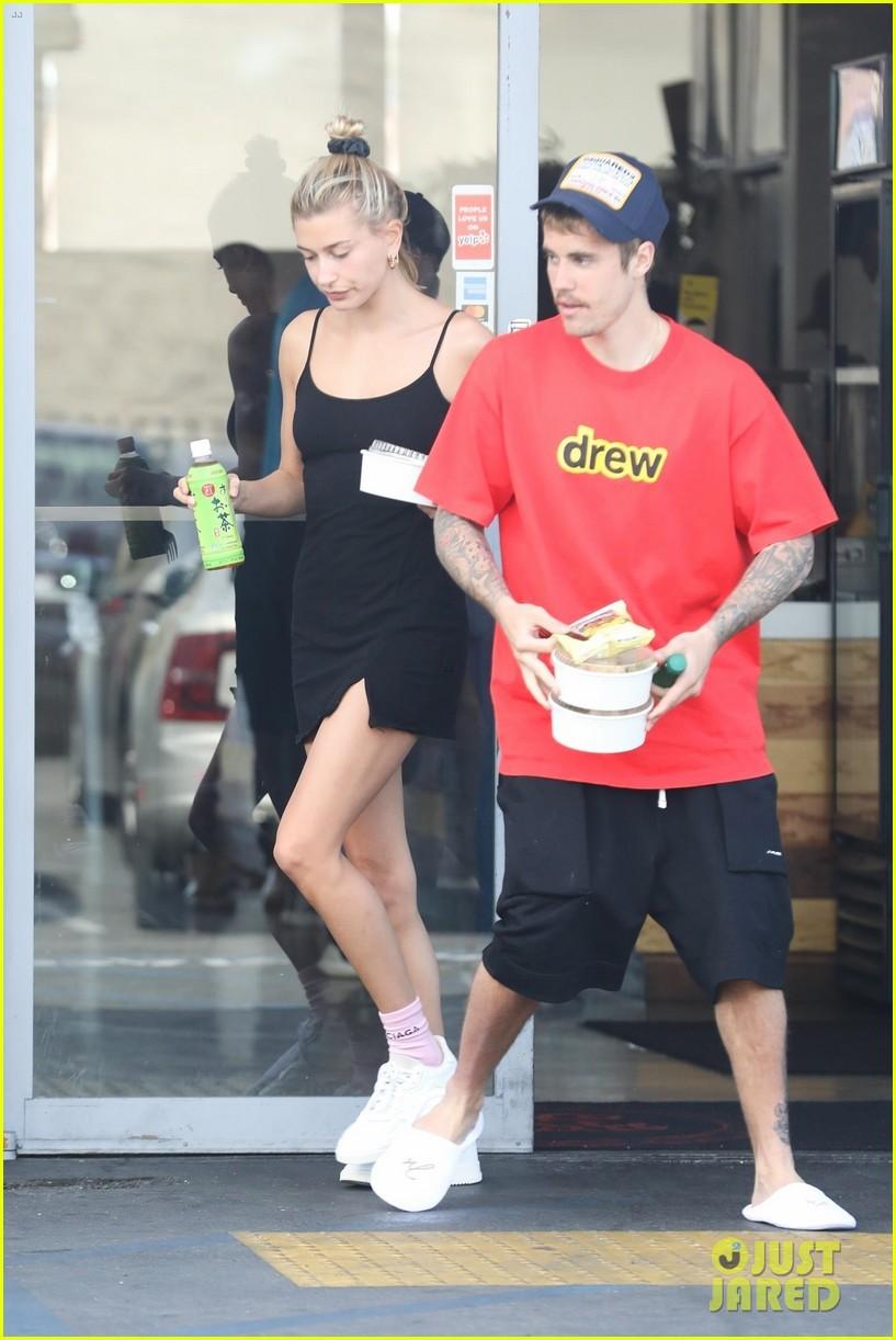 Lâu lắm mới thấy vợ chồng Justin Bieber cười hạnh phúc bên nhau, song spotlight lại dổ dồn vào body của Hailey - Ảnh 4.