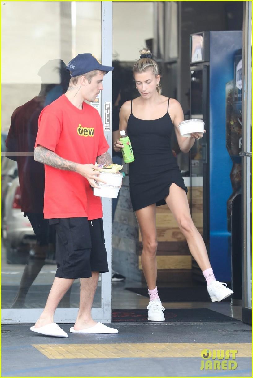 Lâu lắm mới thấy vợ chồng Justin Bieber cười hạnh phúc bên nhau, song spotlight lại dổ dồn vào body của Hailey - Ảnh 3.