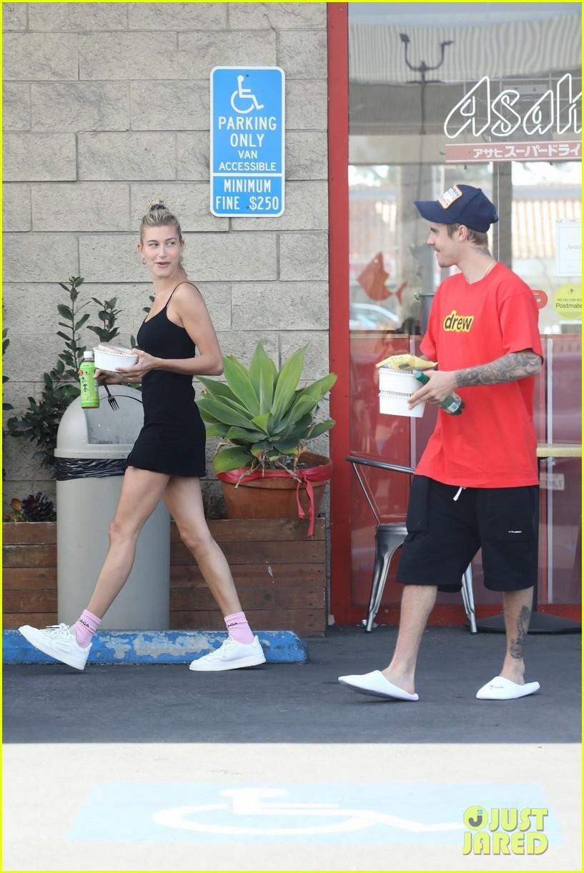 Lâu lắm mới thấy vợ chồng Justin Bieber cười hạnh phúc bên nhau, song spotlight lại dổ dồn vào body của Hailey - Ảnh 2.