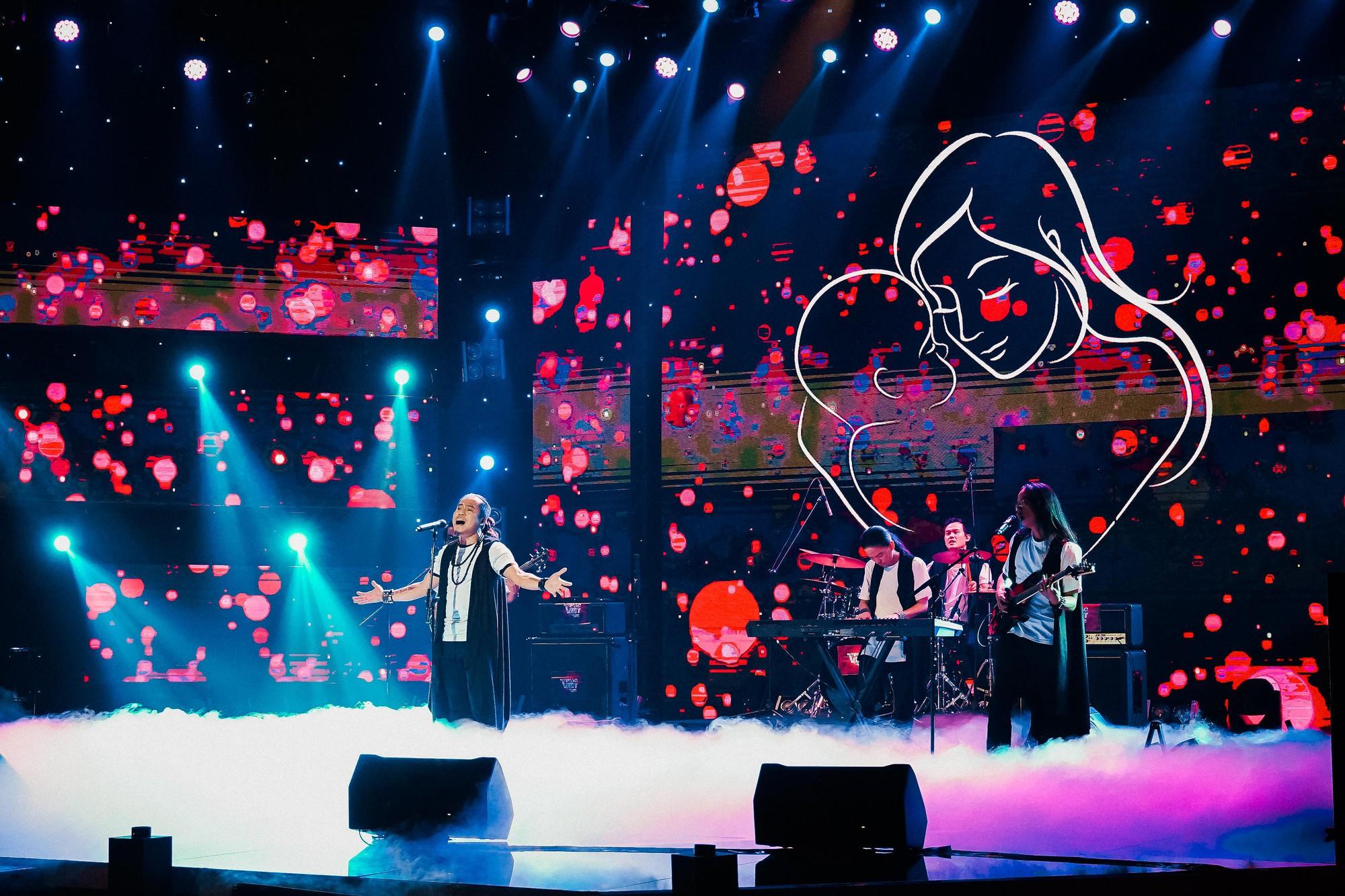 Ban nhạc Việt: Màn trộn lẫn hit Lam Trường, Mỹ Tâm, Phương Vy khiến các giám khảo bàn tán sôi nổi - Ảnh 10.