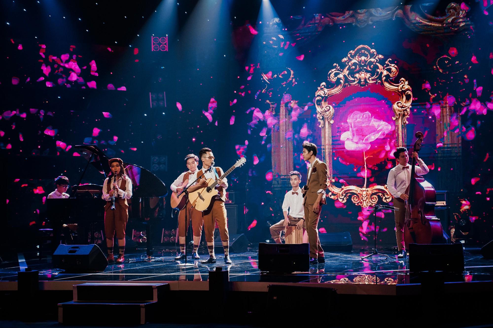 Ban nhạc Việt: Màn trộn lẫn hit Lam Trường, Mỹ Tâm, Phương Vy khiến các giám khảo bàn tán sôi nổi - Ảnh 4.