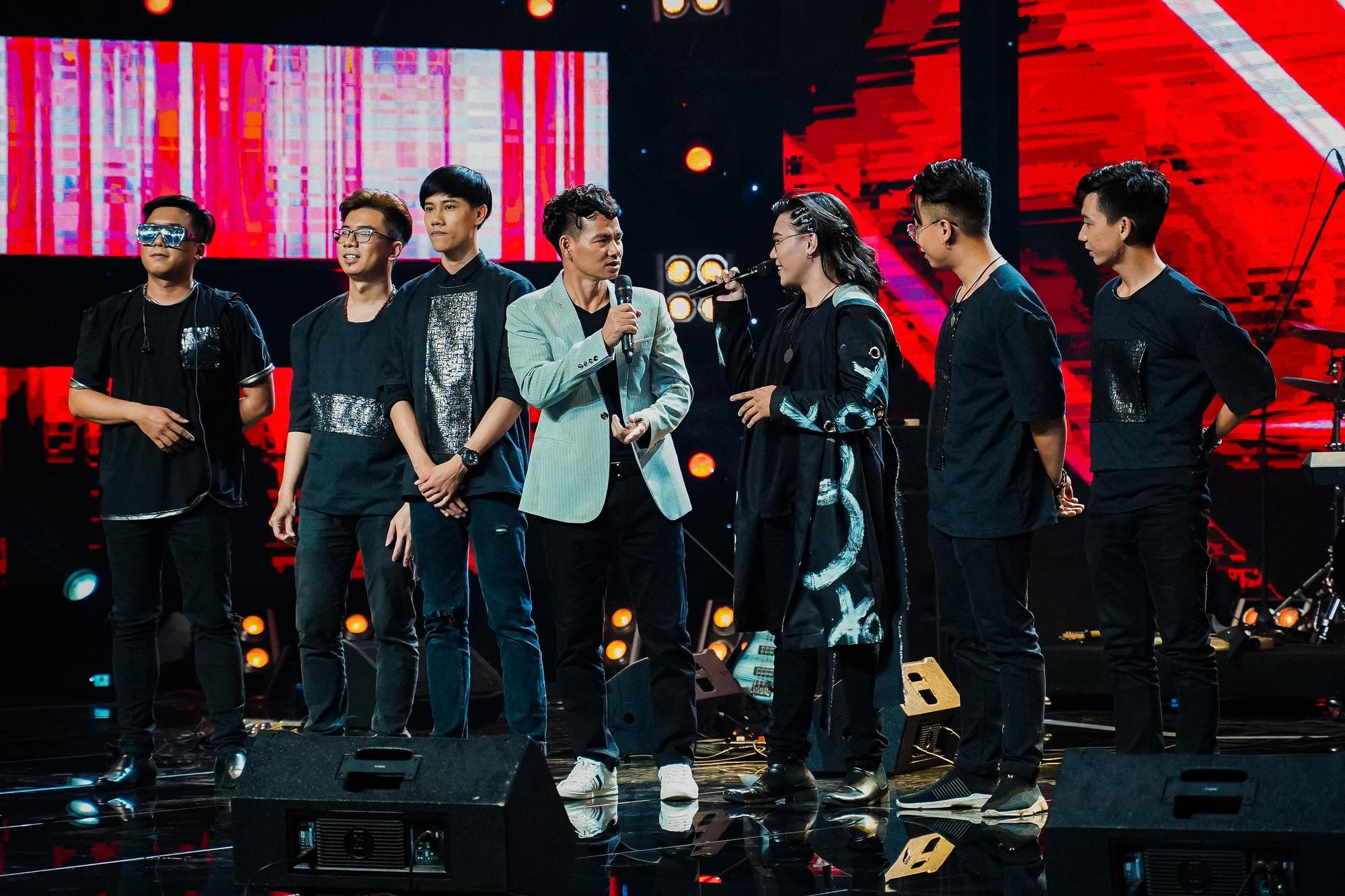 Ban nhạc Việt: Màn trộn lẫn hit Lam Trường, Mỹ Tâm, Phương Vy khiến các giám khảo bàn tán sôi nổi - Ảnh 16.