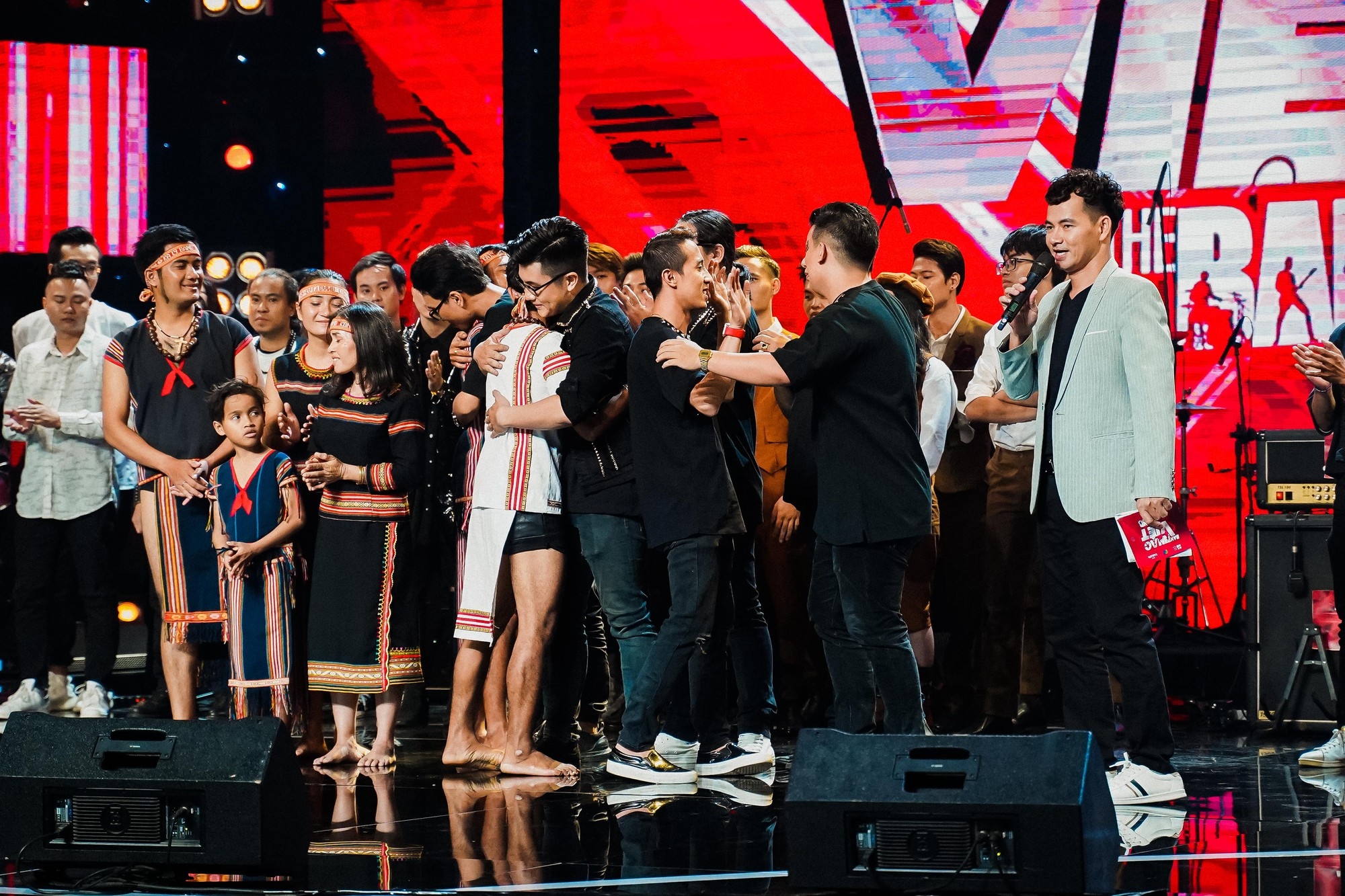 Ban nhạc Việt: Màn trộn lẫn hit Lam Trường, Mỹ Tâm, Phương Vy khiến các giám khảo bàn tán sôi nổi - Ảnh 18.