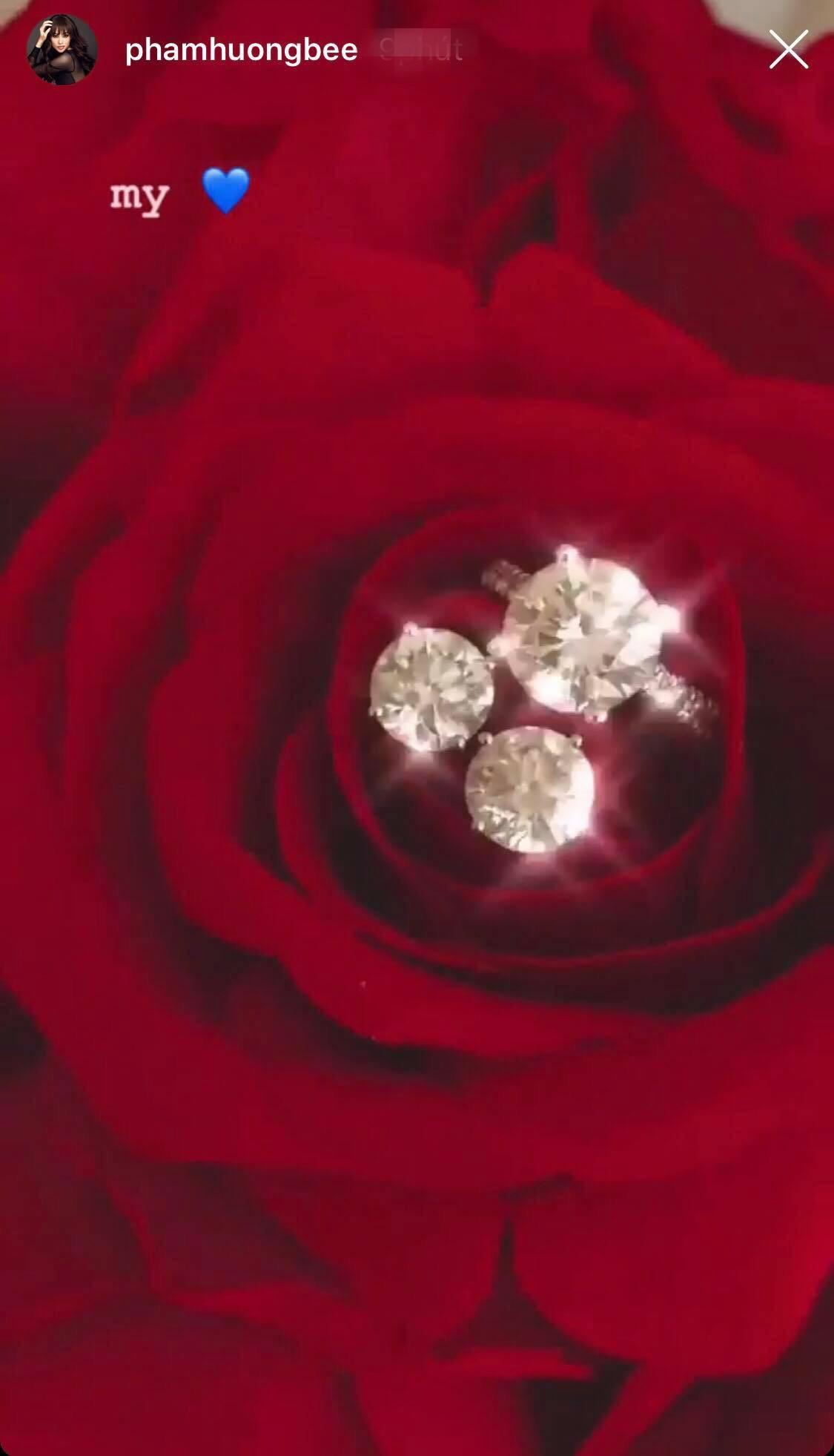 Phạm Hương khoe bộ sính lễ cầu hôn bằng kim cương cỡ lớn của ông xã hồi Valentine - Ảnh 1.