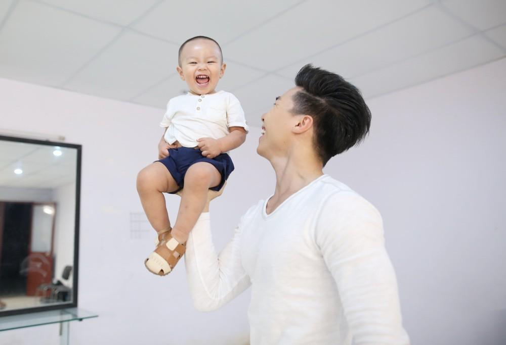 Clip: Quốc Nghiệp mạo hiểm cho con gái 3 tháng tuổi ngồi trên tay làm xiếc - Ảnh 3.
