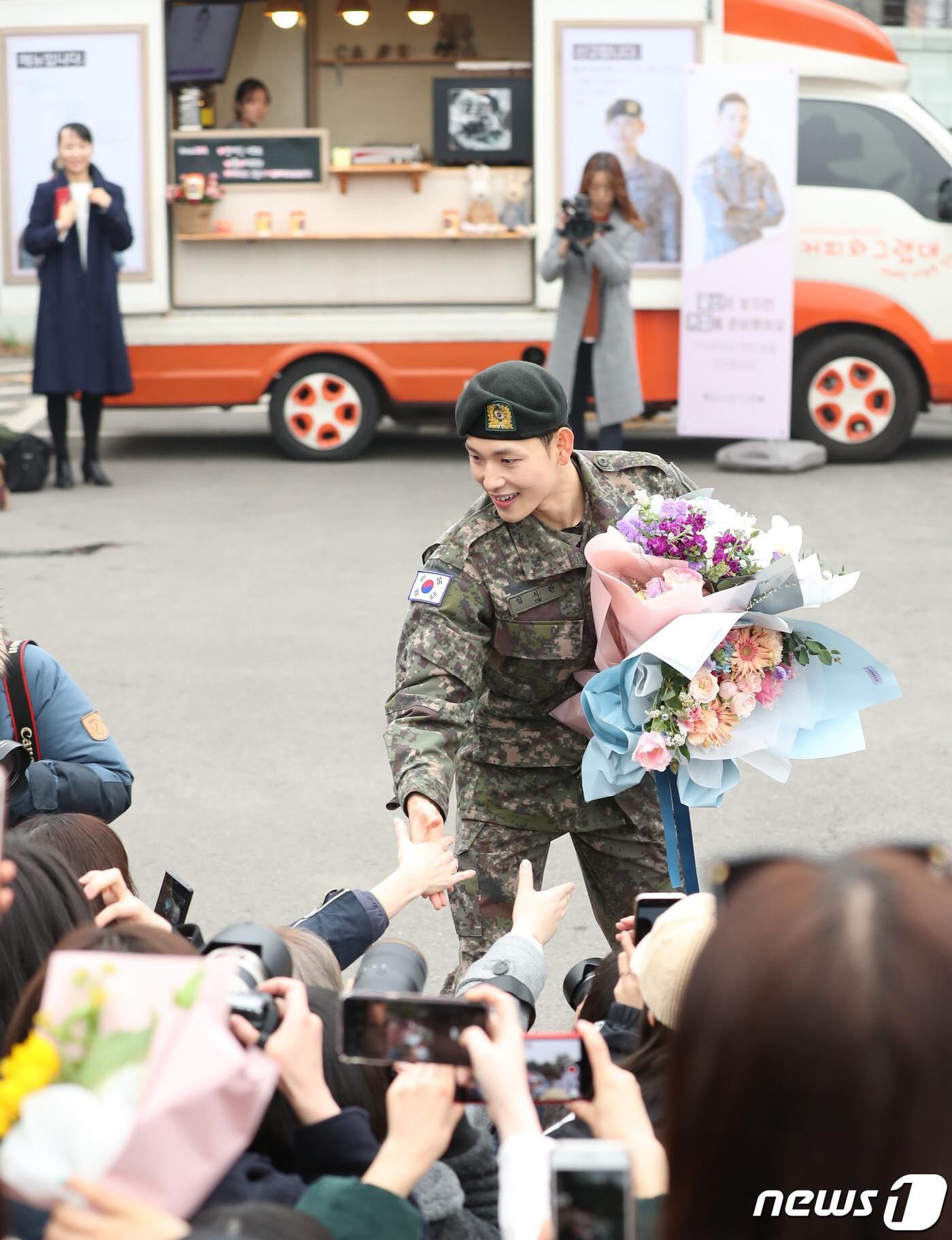 Có ai xuất ngũ như mỹ nam Kpop này: Đi dạo trong khuôn viên trường, nữ sinh vây quanh không khác gì fanmeeting - Ảnh 4.