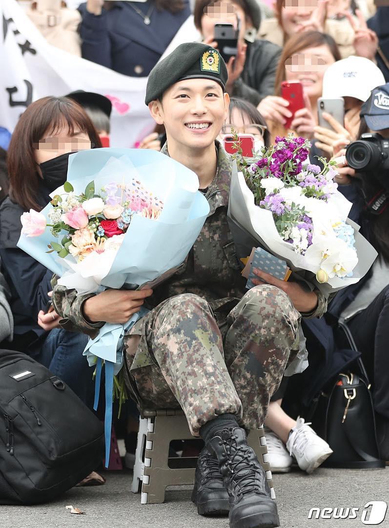 Có ai xuất ngũ như mỹ nam Kpop này: Đi dạo trong khuôn viên trường, nữ sinh vây quanh không khác gì fanmeeting - Ảnh 6.