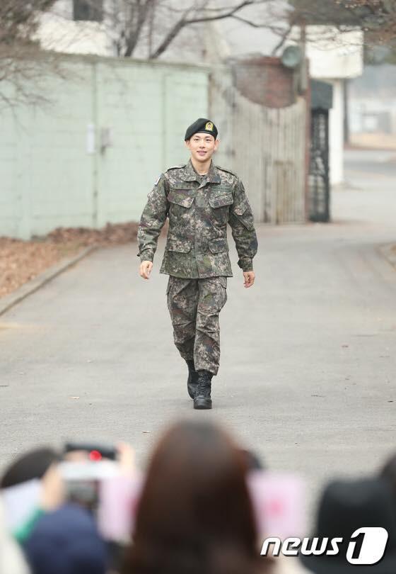 Có ai xuất ngũ như mỹ nam Kpop này: Đi dạo trong khuôn viên trường, nữ sinh vây quanh không khác gì fanmeeting - Ảnh 1.