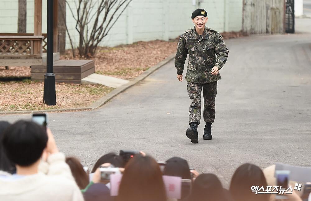 Có ai xuất ngũ như mỹ nam Kpop này: Đi dạo trong khuôn viên trường, nữ sinh vây quanh không khác gì fanmeeting - Ảnh 2.