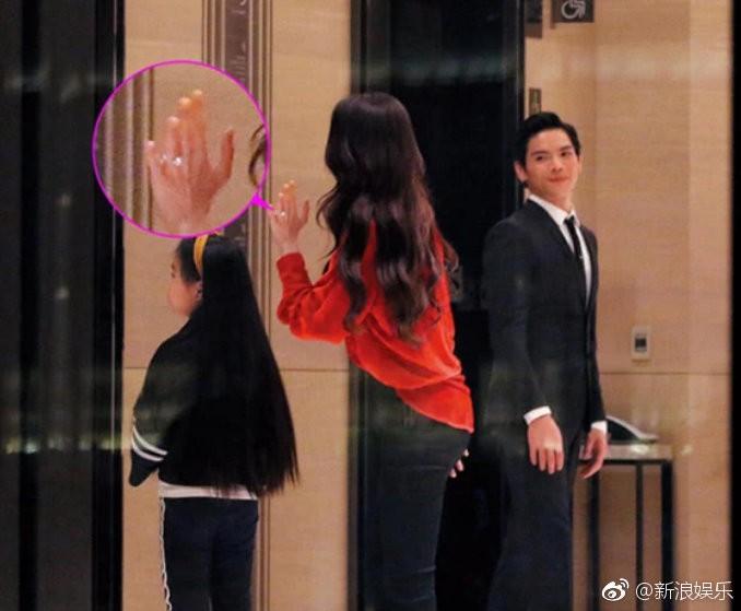 Lộ ảnh màn cầu hôn, nhẫn kim cương khủng trị giá 14 tỷ của con trai trùm showbiz Hong Kong và tình cũ Seungri - Ảnh 1.