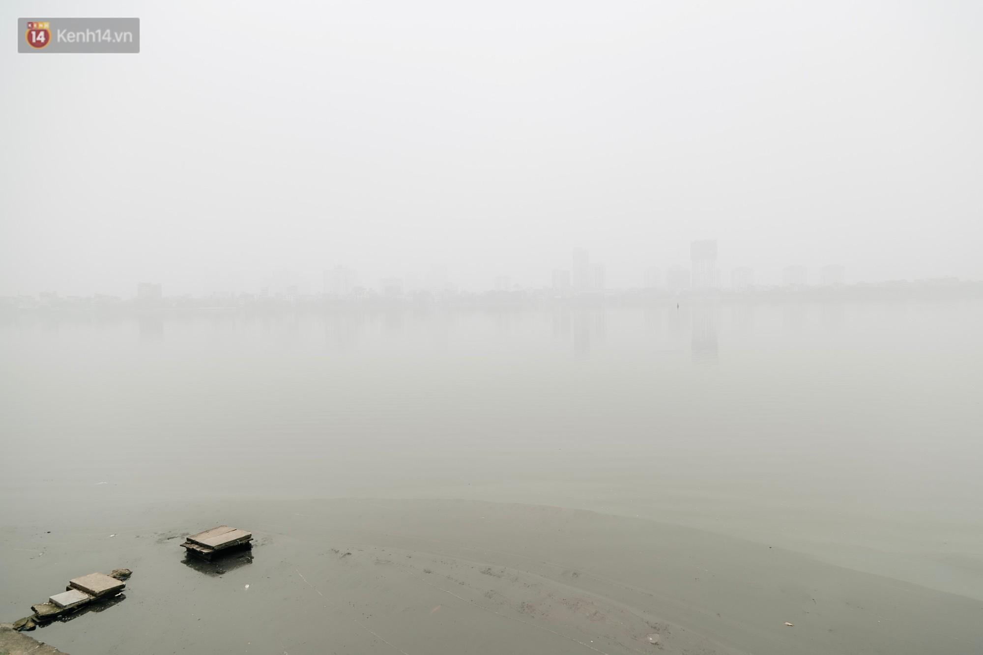 Hà Nội ngập trong sương bụi mù mịt bao phủ tầm nhìn: Tình trạng ô nhiễm không khí đáng báo động! - Ảnh 11.