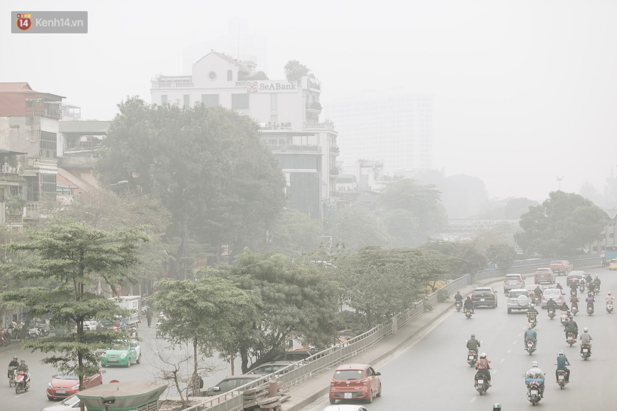 Hà Nội ngập trong sương bụi mù mịt bao phủ tầm nhìn: Tình trạng ô nhiễm không khí đáng báo động! - Ảnh 1.