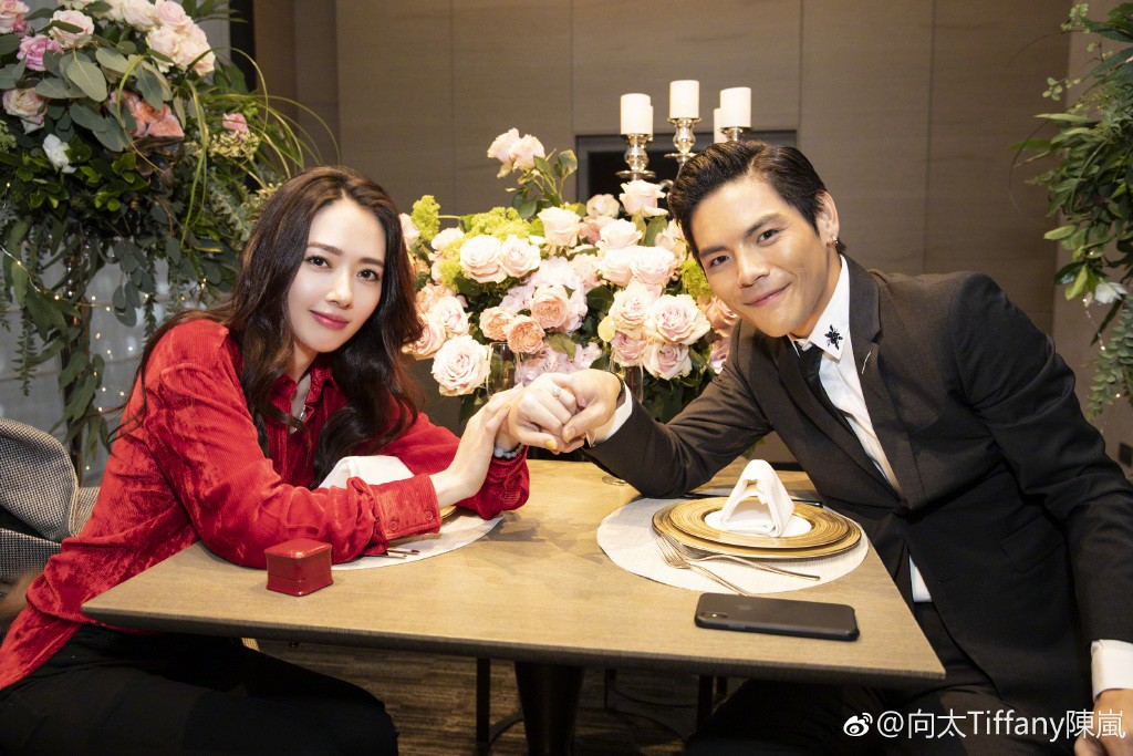 Lộ ảnh màn cầu hôn, nhẫn kim cương khủng trị giá 14 tỷ của con trai trùm showbiz Hong Kong và tình cũ Seungri - Ảnh 4.