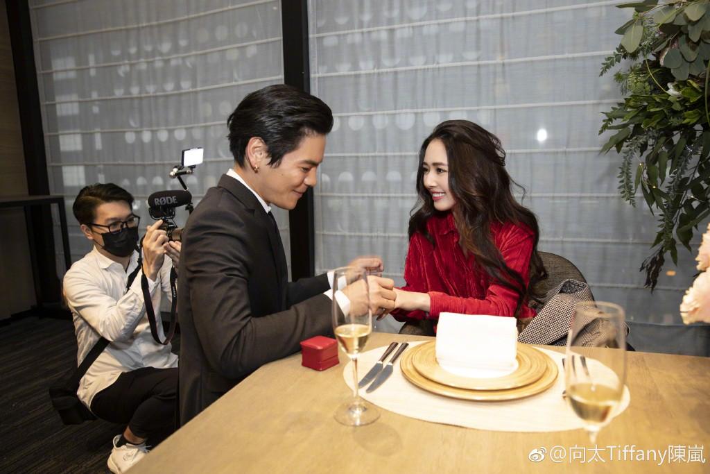 Lộ ảnh màn cầu hôn, nhẫn kim cương khủng trị giá 14 tỷ của con trai trùm showbiz Hong Kong và tình cũ Seungri - Ảnh 6.