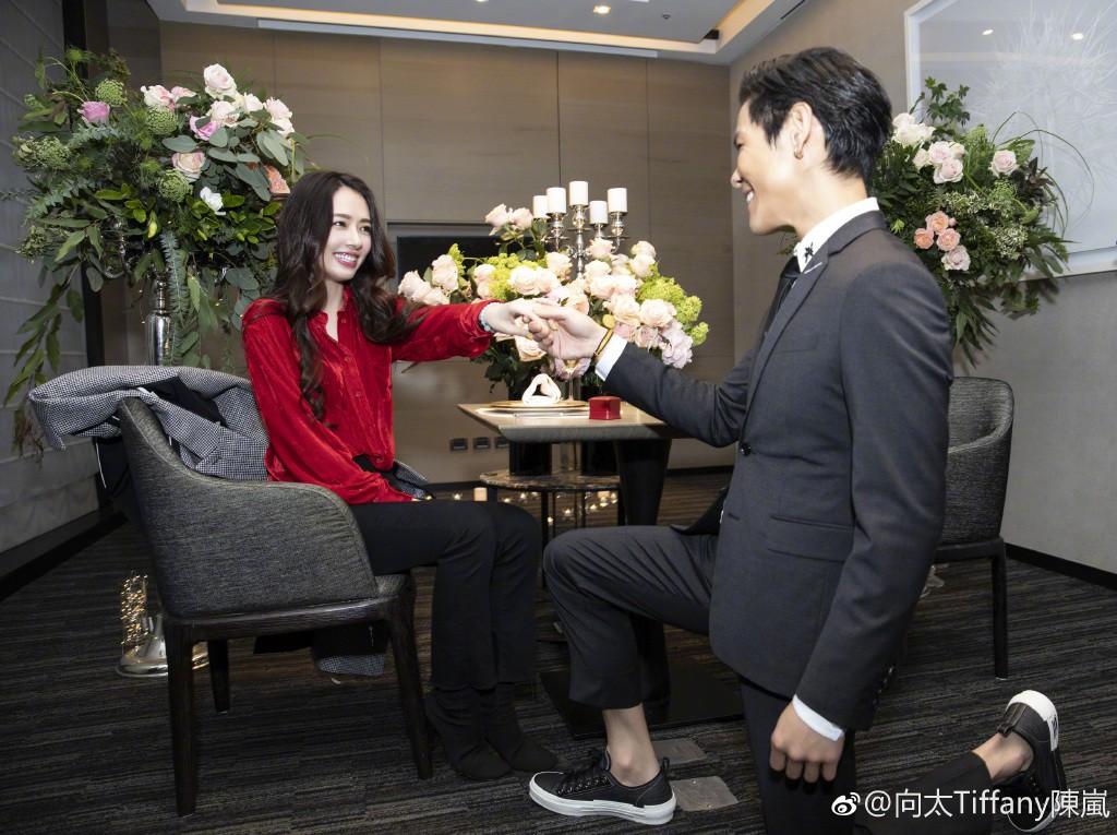 Lộ ảnh màn cầu hôn, nhẫn kim cương khủng trị giá 14 tỷ của con trai trùm showbiz Hong Kong và tình cũ Seungri - Ảnh 7.