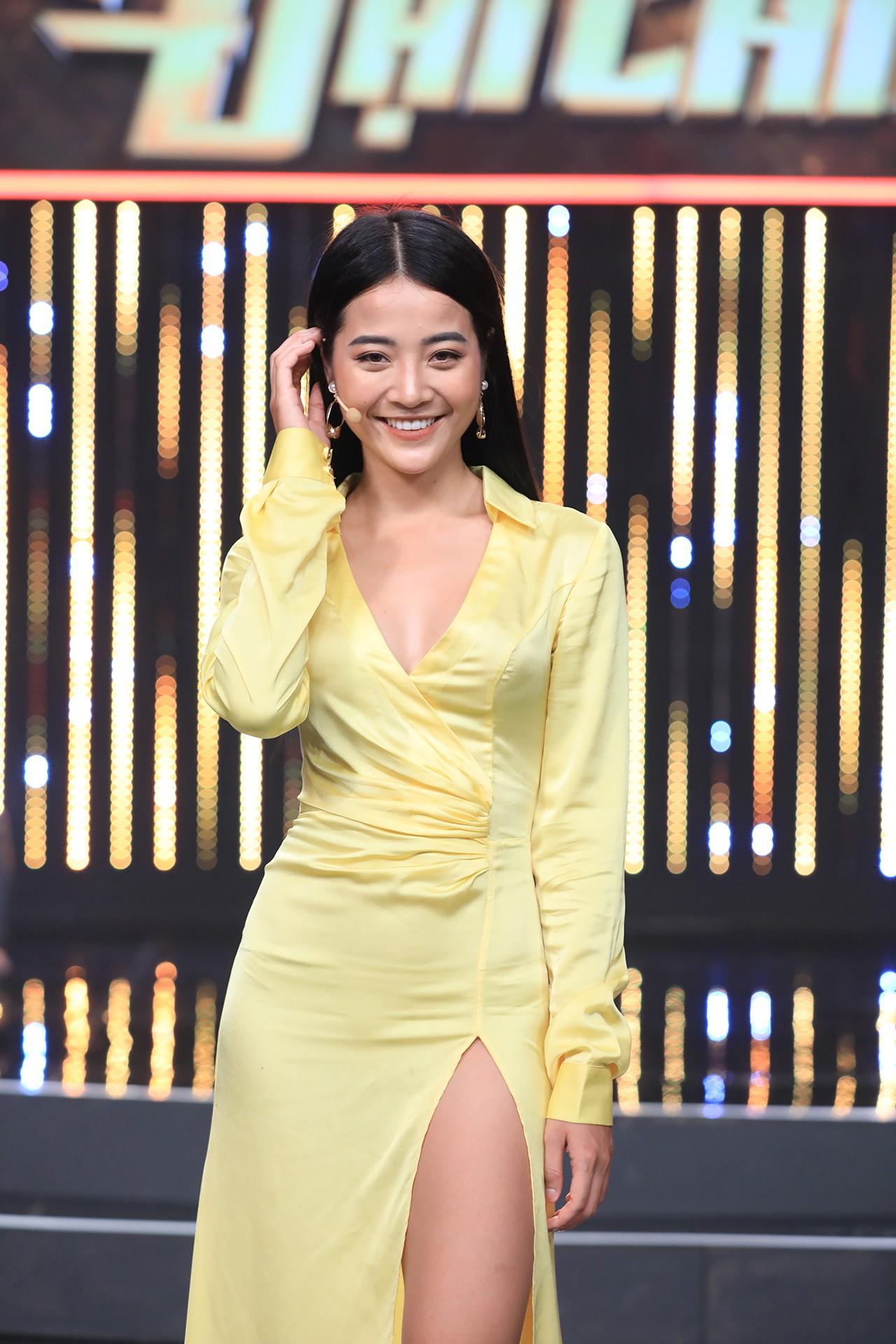 Ra khỏi MV, Hương Giang tiếp tục dằn mặt tình địch Karen Nguyễn trên sóng truyền hình - Ảnh 4.