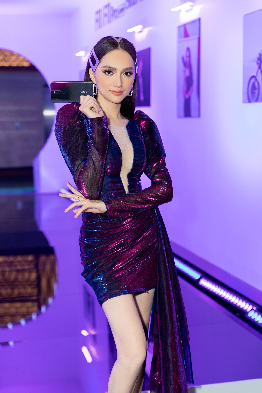 Hoa hậu Hương Giang hờ hững khoe vòng 1 gợi cảm, rapper Đen Vâu cực ngầu hội ngộ dàn sao Việt - Ảnh 3.