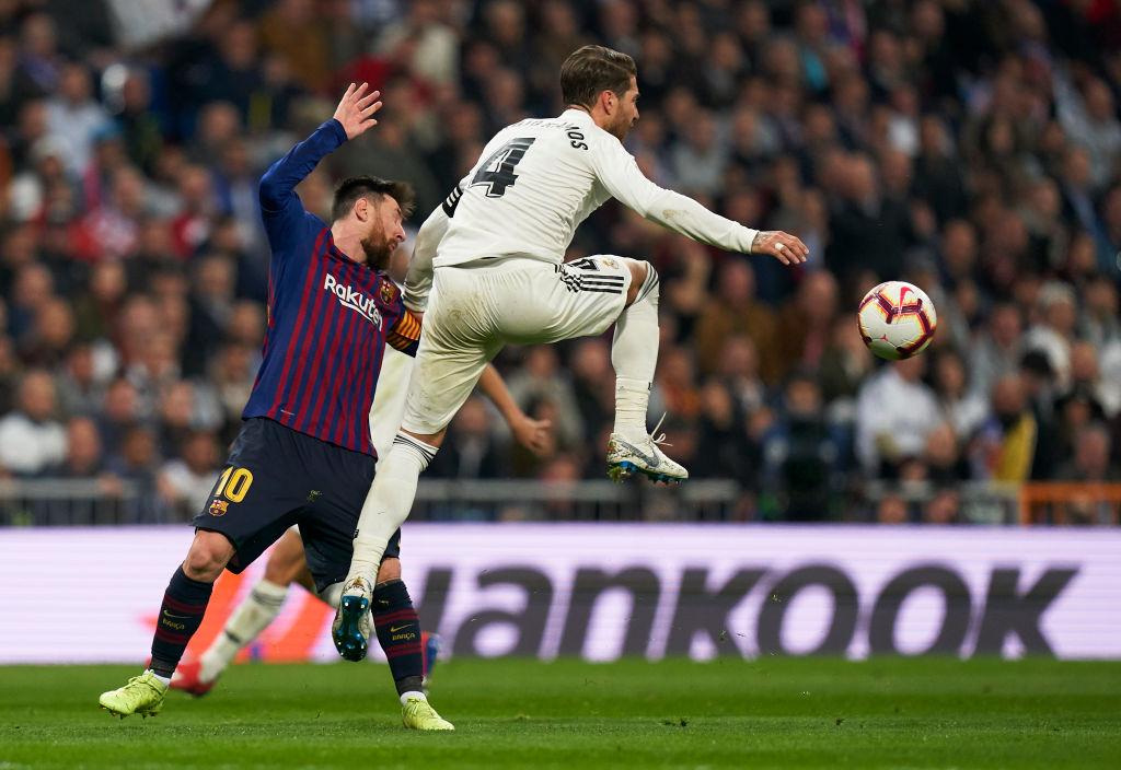 Đội trưởng Real Madrid ăn đòn sau khi liên tục chơi xấu với Messi - Ảnh 1.