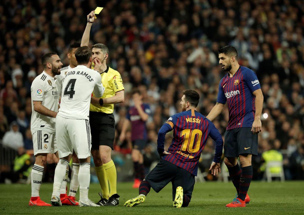 Đội trưởng Real Madrid ăn đòn sau khi liên tục chơi xấu với Messi - Ảnh 9.