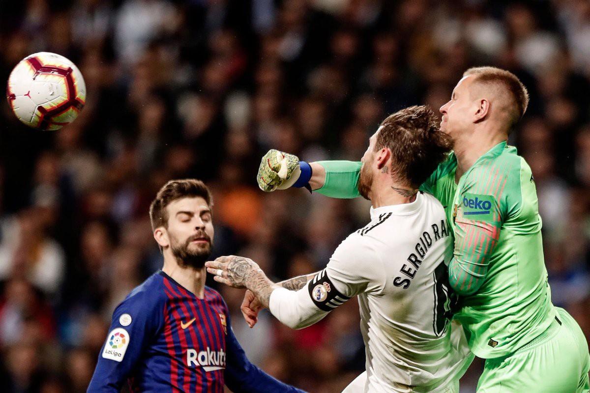 Đội trưởng Real Madrid ăn đòn sau khi liên tục chơi xấu với Messi - Ảnh 10.