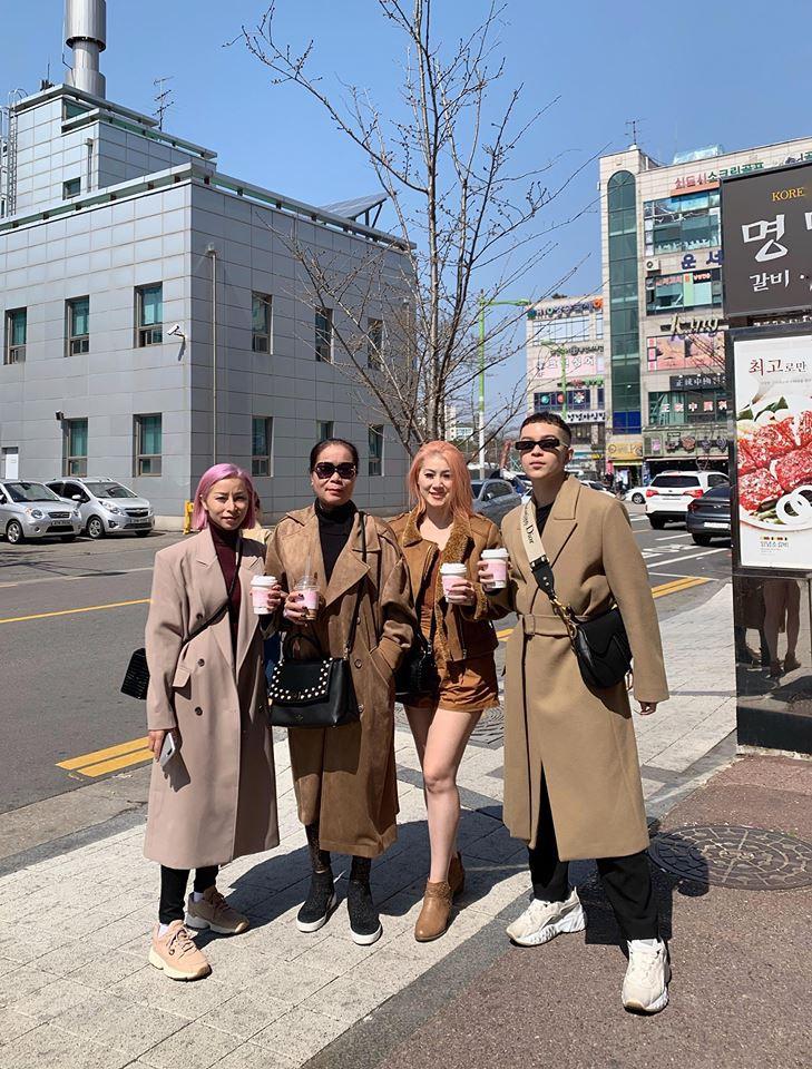 Gia đình ai cũng đẹp của Kelbin Lei: Mẹ U60 phối đồ xịn xò, hai chị gái dẫn đầu trong khoản hack tuổi - Ảnh 3.