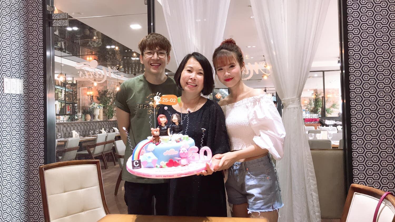 Vợ chồng Khởi My - Kelvin Khánh cùng hội bạn thân tổ chức sinh nhật tròn 60 cho má Năm - Ảnh 2.