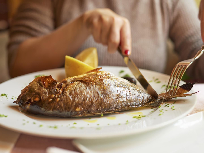 VZN News: Người phụ nữ bị ngộ độc nặng phải nhập viện chỉ vì ăn bộ phận này của cá - Ảnh 3.