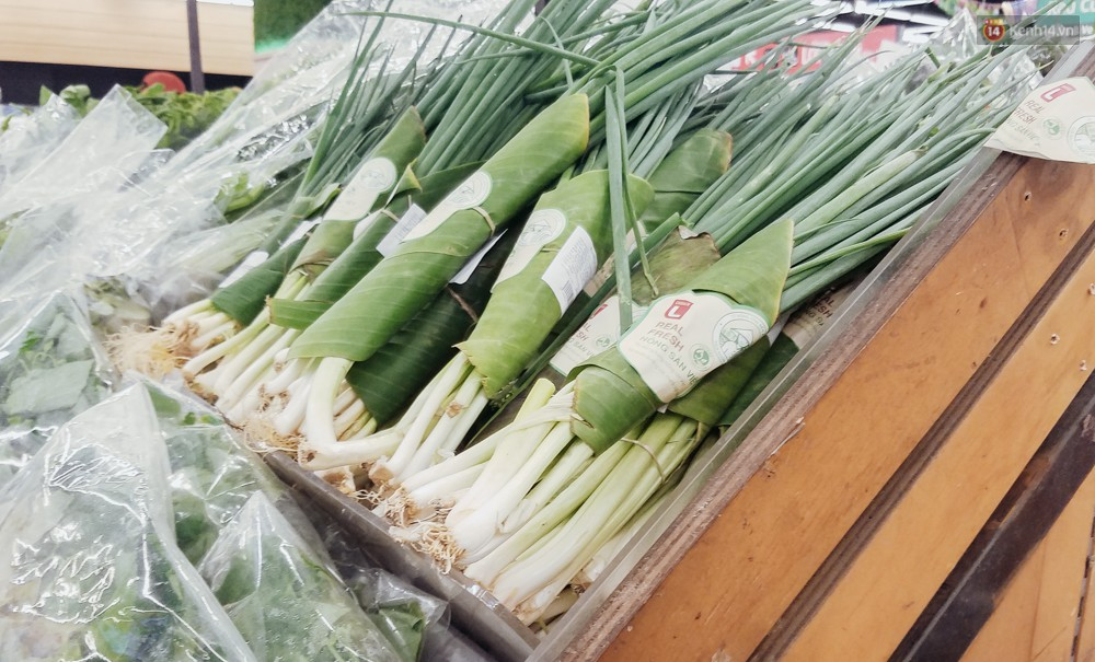 A large Saigon supermarket used banana leaves to wrap food, customers looked at their eyes! - Photo 1.