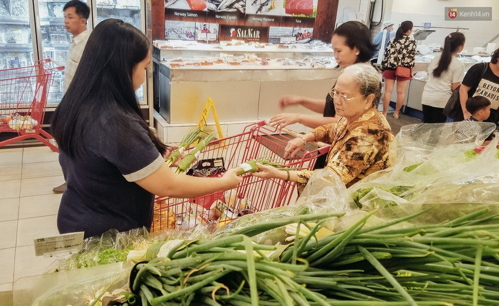 A large Saigon supermarket used banana leaves to wrap food, customers looked at their eyes! - Photo 6.