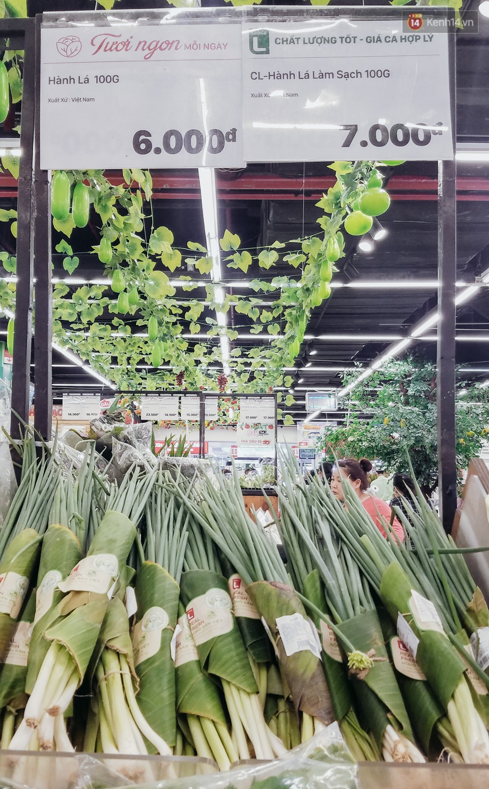 A large Saigon supermarket used banana leaves to wrap food, customers looked at their eyes! - Photo 4.