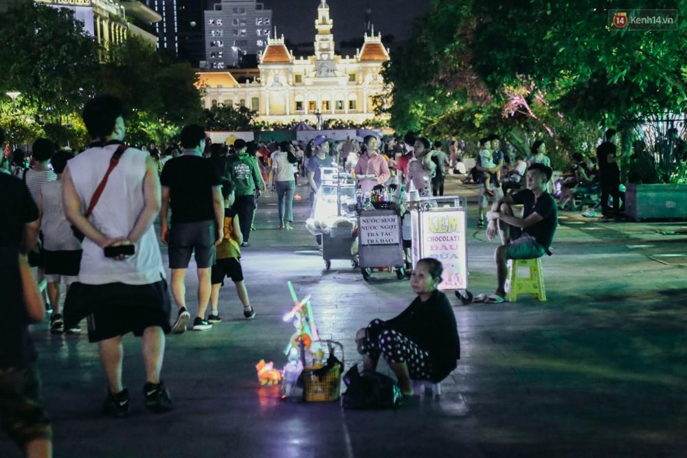 Còn đâu phố đi bộ Nguyễn Huệ: Hàng rong bủa vây, ghế nhựa tràn lan lối đi cho khách ngồi ăn uống - Ảnh 1.