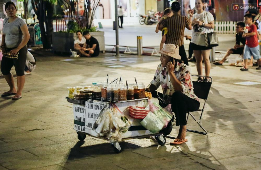 Còn đâu phố đi bộ Nguyễn Huệ: Hàng rong bủa vây, ghế nhựa tràn lan lối đi cho khách ngồi ăn uống - Ảnh 14.