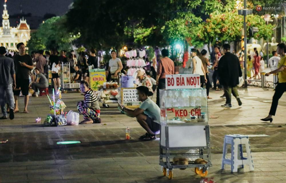 Còn đâu phố đi bộ Nguyễn Huệ: Hàng rong bủa vây, ghế nhựa tràn lan lối đi cho khách ngồi ăn uống - Ảnh 12.