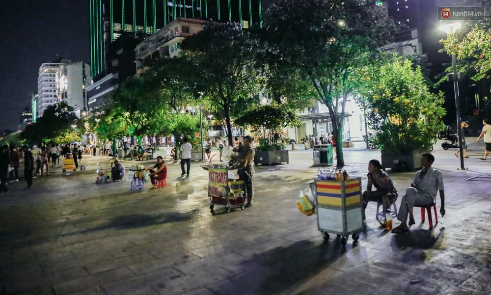 Còn đâu phố đi bộ Nguyễn Huệ: Hàng rong bủa vây, ghế nhựa tràn lan lối đi cho khách ngồi ăn uống - Ảnh 11.