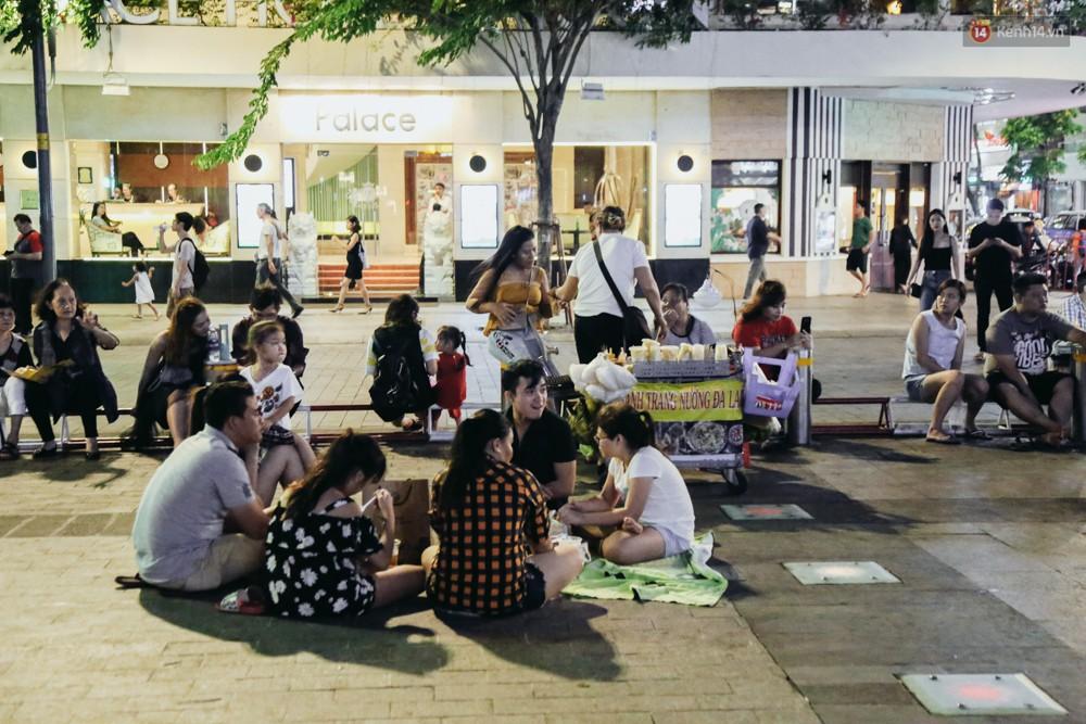 Còn đâu phố đi bộ Nguyễn Huệ: Hàng rong bủa vây, ghế nhựa tràn lan lối đi cho khách ngồi ăn uống - Ảnh 4.