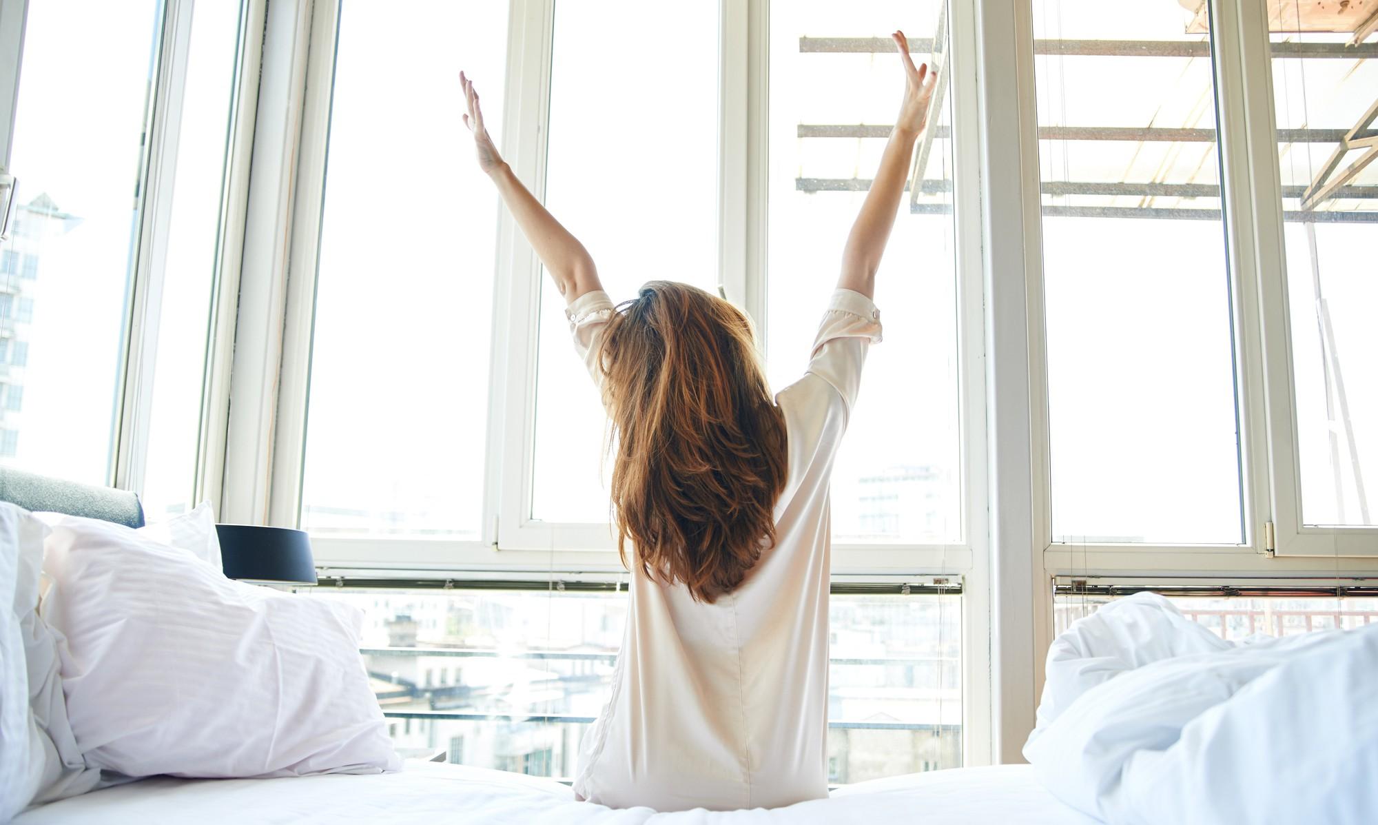 Sáng ngủ dậy nên làm ngay 5 việc này để cơ thể khỏe đẹp từ trong ra ngoài - Ảnh 2.