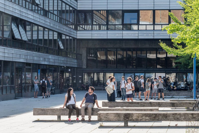 Trường Đại học sáng tạo đỉnh cao với cầu thang trượt Parabol từ tầng 4 xuống tầng 1 giúp sinh viên di chuyển dễ dàng - Ảnh 2.