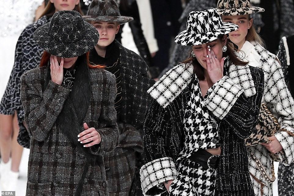 Nhiều tiếng khóc thút thít vang lên trên đường băng trình diễn BST đầu tiên của Chanel thiếu vắng ngài Karl - Ảnh 4.