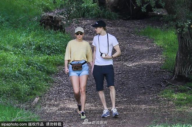 Bị paparazzi làm phiền, Taylor Swift nắm tay bạn trai chui tọt vào rừng trốn - Ảnh 2.