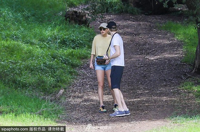 Bị paparazzi làm phiền, Taylor Swift nắm tay bạn trai chui tọt vào rừng trốn - Ảnh 3.