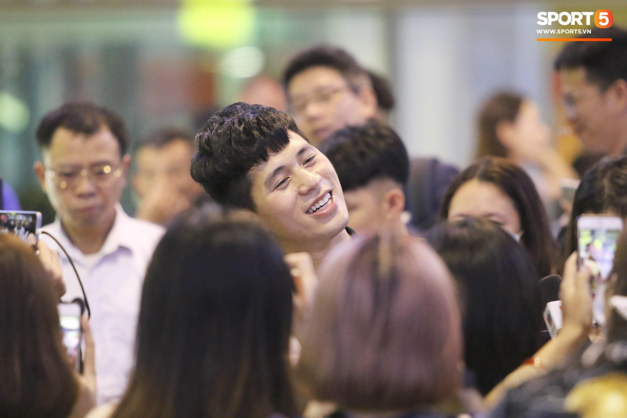 Trở về sau 3 tháng dưỡng thương tại Hàn Quốc, Đình Trọng khiến sân bay Nội Bài náo loạn lúc nửa đêm - Ảnh 1.