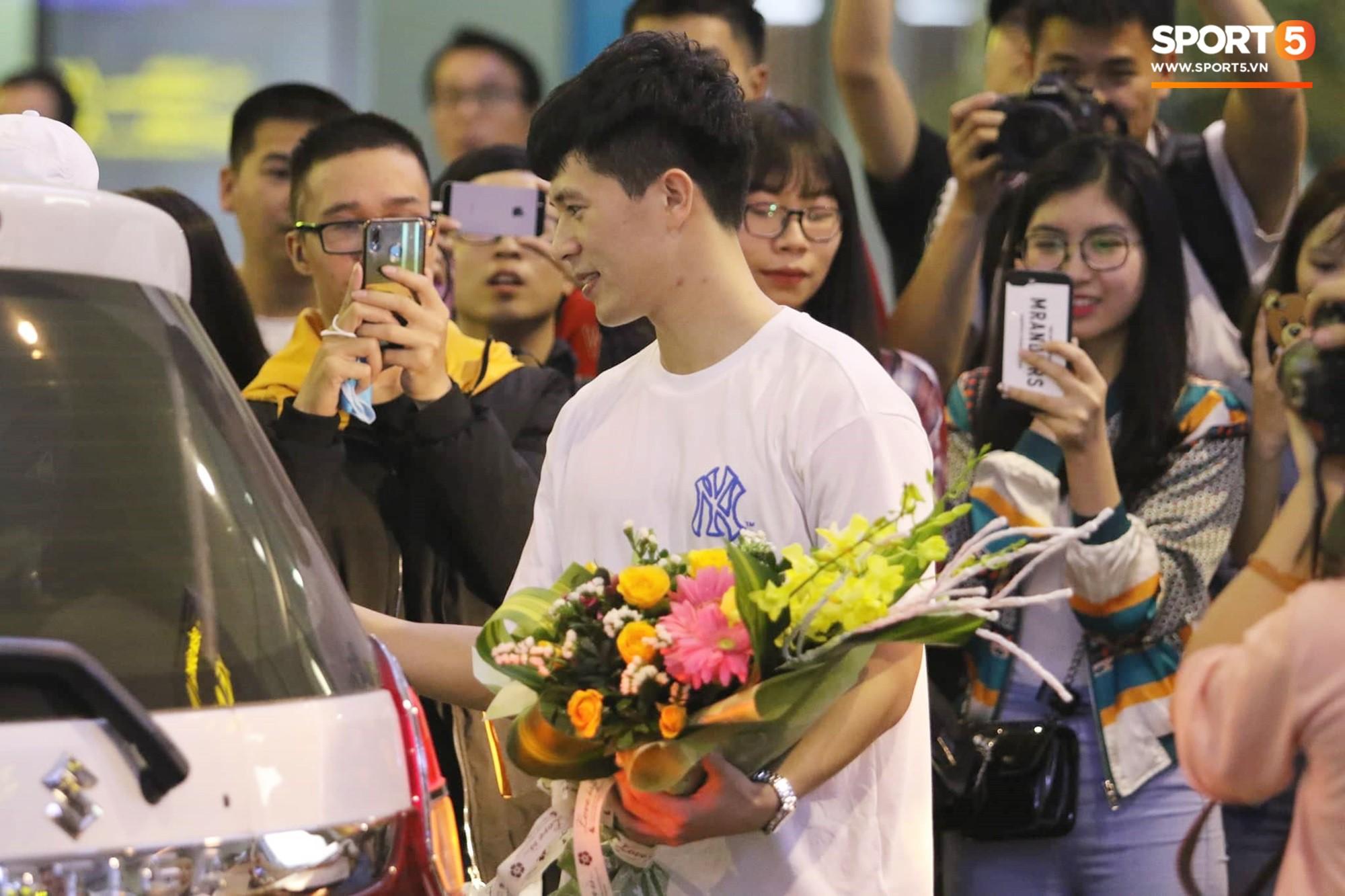 Trở về sau 3 tháng dưỡng thương tại Hàn Quốc, Đình Trọng khiến sân bay Nội Bài náo loạn lúc nửa đêm - Ảnh 3.