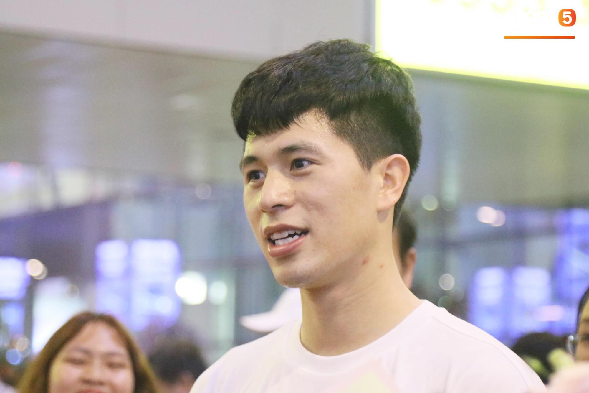 Trở về sau 3 tháng dưỡng thương tại Hàn Quốc, Đình Trọng khiến sân bay Nội Bài náo loạn lúc nửa đêm - Ảnh 8.