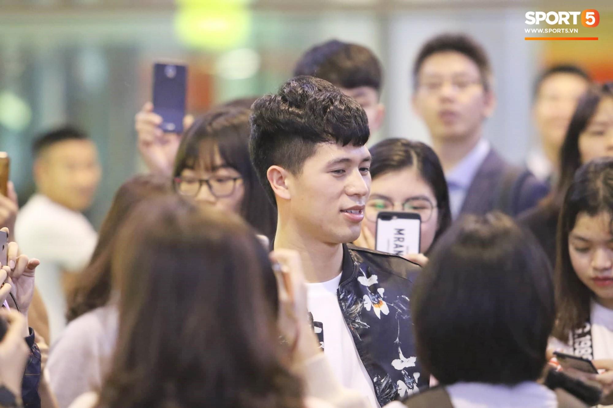 Trở về sau 3 tháng dưỡng thương tại Hàn Quốc, Đình Trọng khiến sân bay Nội Bài náo loạn lúc nửa đêm - Ảnh 6.