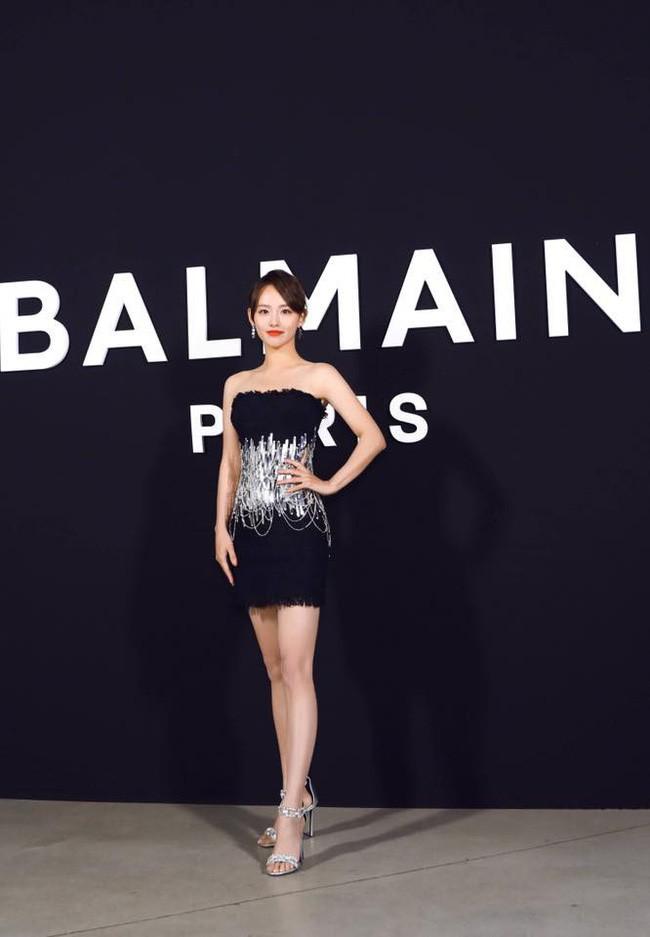 Không hổ danh là mỹ nhân đẹp nhất Diên Hi, Trương Gia Nghê hút mọi ánh nhìn tại Tuần lễ thời trang Paris - Ảnh 2.